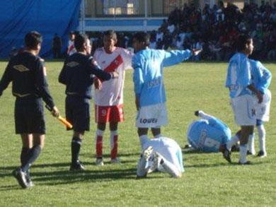 MAS QUE REÑIDO. Cada enfrentamiento entre Alfonso Ugarte y Unión Carolina siempre ha sido marcado como un duelo clásico del fútbol macho, tanto a nivel distrital como en la Liga Superior de Puno (Foto: Diario Los Andes)