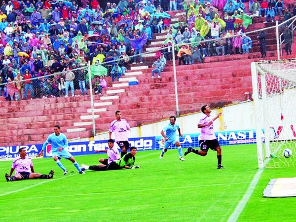Este autogol madrugador de Julio Montes puso arriba a Real Garcilaso sobre Pacífico en la final de la Copa Perú 2011. (Foto: Orestes Santander)