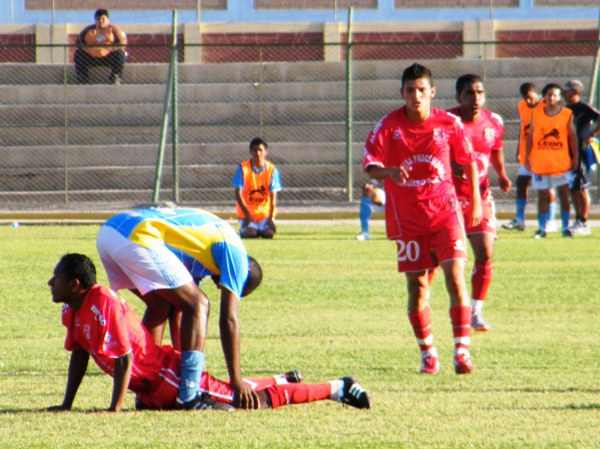SON COSAS QUE PASAN. El ritmo del partido le jugó una mala pasada a más de un jugador. En la imagen se observa cómo Casas se estira un poco. (Foto: Wagner Quiroz / DeChalaca.com)