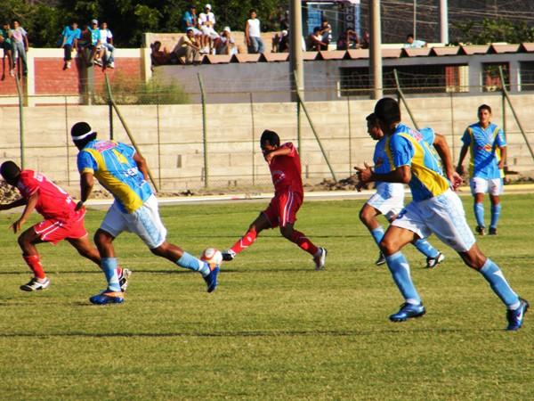 ESCAPE A LA VICTORIA. Hernani emprende una veloz carrera para ganarle la espalda a la defensa tarmeña. (Foto: Wagner Quiroz / DeChalaca.com)