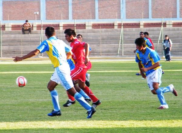 VAN POR MÁS. Pese a la ventaja en el marcador, los jugadores de Defensor Zarumilla buscaron en todo momento el pórtico de Del Rosario. (Foto: Wagner Quiroz / DeChalaca.com)