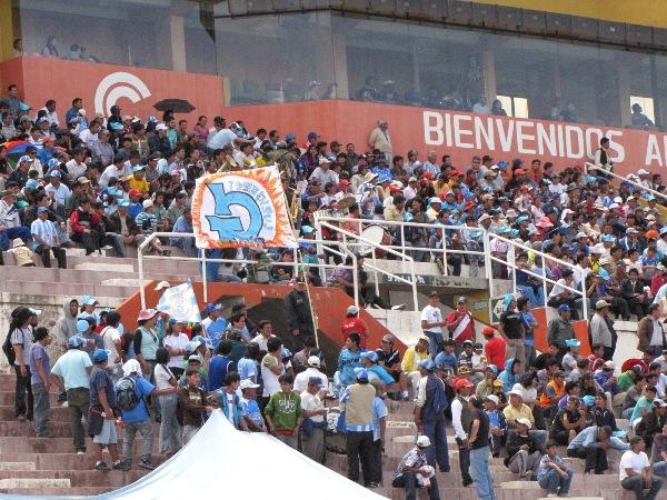 PRESENTES. La hinchada de Real Garcilaso se hizo presente en el estadio y no se cansó de alentar a su equipo. (Foto: Orestes Santander)