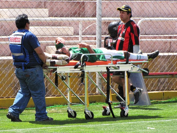 OUT. Así quedó David Romero tras sufrir la fractura del tabique. (Foto: Orestes Santander)