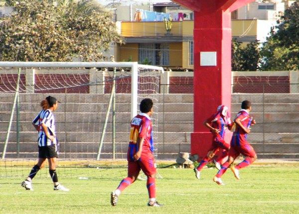 Celebración de 'La Virgen' José Dionisio luego de su tanto a Sport Victoria para Alianza Universidad en los cuartos de final de la Copa Perú 2011. (Foto: archivo DeChalaca.com)