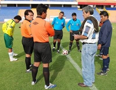 Una imagen que habla por sí sola en la Copa Perú: de manera increíble, dos ternas arbitrales se hicieron presentes para dirigir un partido de la Región VII (Foto: Radio Uno de Tacna)