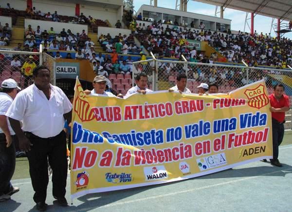 BUEN GESTO. Antes del compromiso, los integrantes del Grau exhibieron esta banderola invocando a la paz en el fútbol. (Foto: Diario La Hora de Piura)