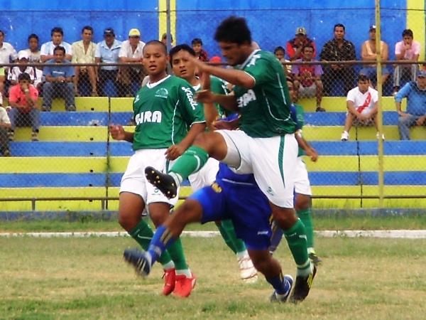 METE LA PATA. Los Caimanes de Lambayeque jugaron un gran partido y vencieron por 0-2 a Sport Buenos Aires. (Foto: Jenner Sernaqué)