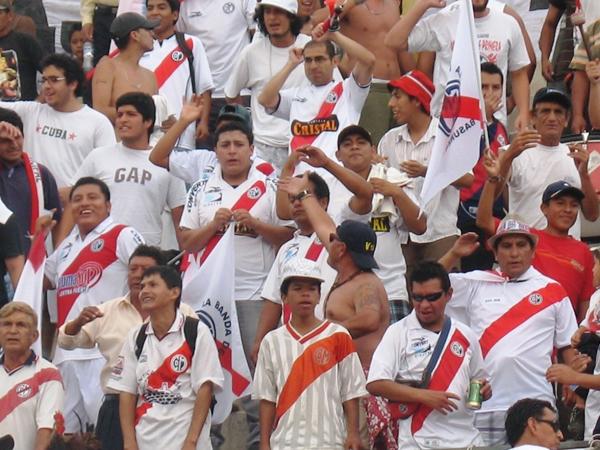 A TODOS LADOS. Los hinchas ediles colmaron las graderías del estadio de la UNI para alentar a Municipal. (Foto: José Salcedo / DeChalaca.com)