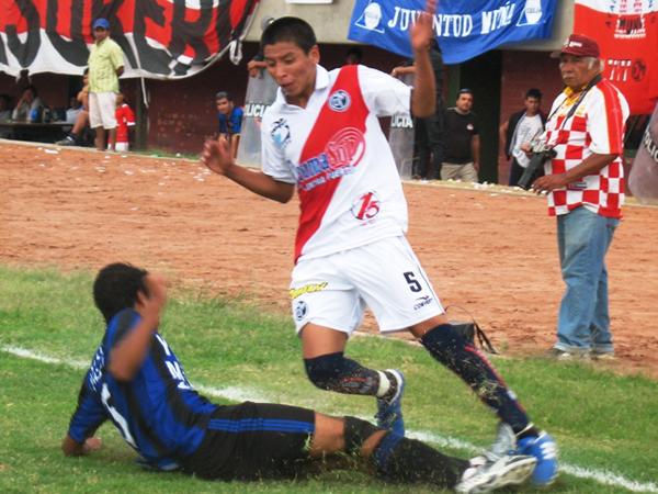DOS PARA EMPEZAR. En el primer periodo, la 'Academia' solo pudo marcar dos veces en la valla del Juventud Muña. (Foto: José Salcedo / DeChalaca.com)