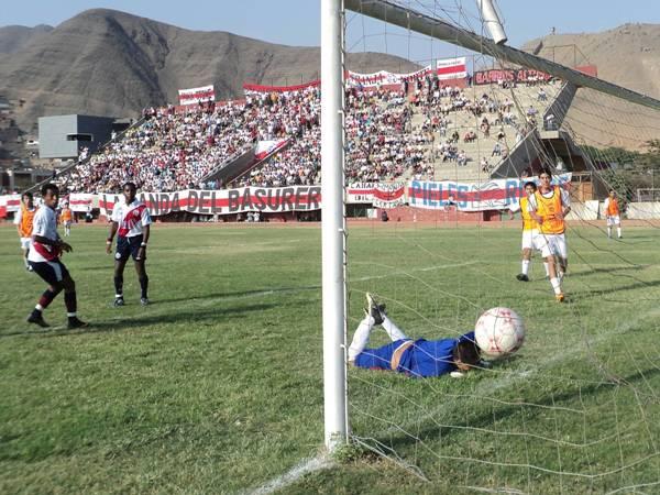 RAYANDO LA RED. Otro que estuvo en su tarde: Ray Espinoza anota el quinto tanto del partido. El atacante hizo ocho goles (Foto: Aldo Ramírez / DeChalaca.com)
