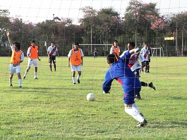PARA QUE NO QUEDEN DUDAS. Otro de los tantos de Ray Espinioza. Este fue el 8-0 (Foto: Aldo Ramírez / DeChalaca.com)