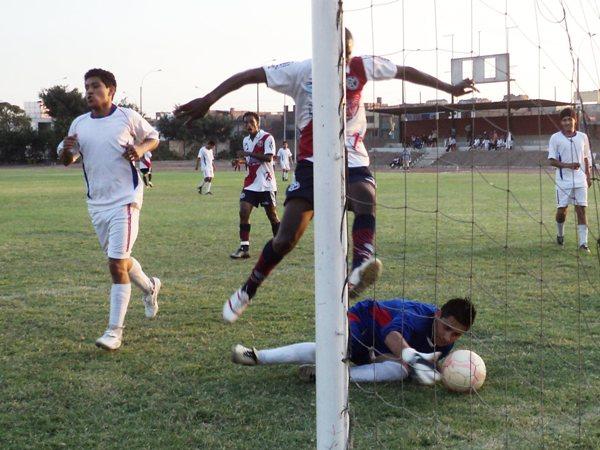 COMO EN LA SALA. Deportivo Municipal era dueño del partido y su rival hasta ya se había quitado los chalecos. Acá Jorge Ramos convierte el 15-0 (Foto: Aldo Ramírez / DeChalaca.com)