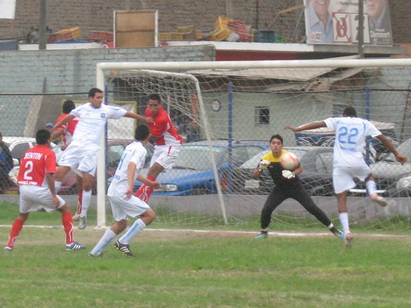 UNA DE LAS CLARAS. Iván Martínez se pierde una gran oportunidad de gol a favor de DIM. Ascope se salvaba de estar cayendo en el marcador. (Foto: José Salcedo / DeChalaca.com)