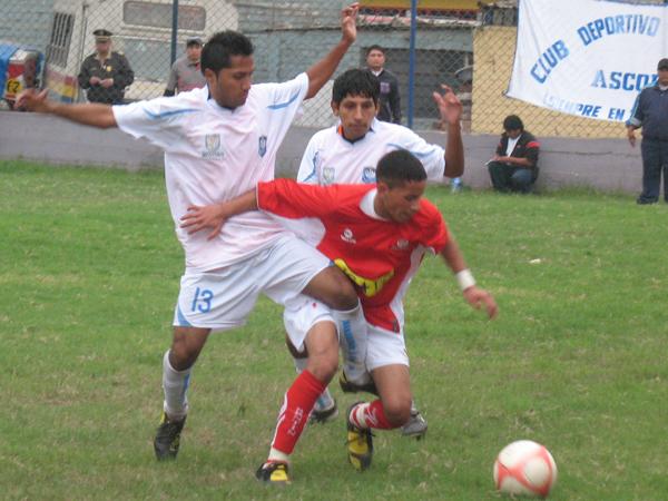 FALTABA GANAR. Julio Serrano fue el jugador destacado de Ascope. Con mucho salidad y marca supo dificultar en muchas ocasiones a DIM. (Foto: José Salcedo / DeChalaca.com)