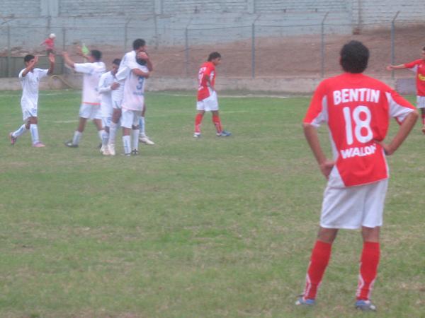 PARA CERRARLO UN POCO. Jesús Sayán pone el 0-2 para DIM, que iba teniendo el triunfo en el bolsillo. Ascope no supo responder. (Foto: José Salcedo / DeChalaca.com)