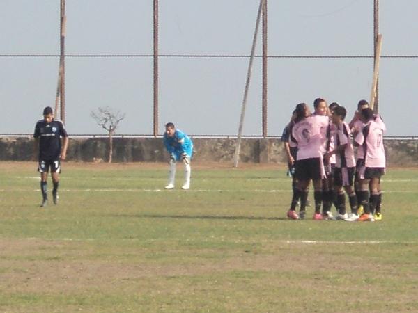 LA LEY DE LA VISITA. Pacífico celebra el gol de Luis Rojas. El cuadro de San Martín de Porres ganaba en el Manuel Bonilla. (Foto: Aldo Ramírez / DeChalaca.com)