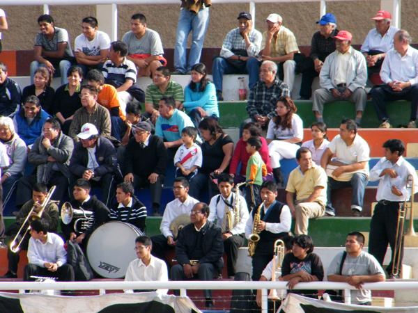 CON MÚSICA Y TODO. La barra de Municipal acompañaba a su elenco en Chosica. Un grupo de músicos también acompañaban en la tribuna. (Foto: Wagner Quiroz / DeChalaca.com)