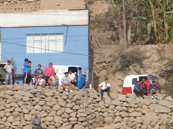 CÓMODOS ELLOS. Un grupo de personas no quisieron pagar su entrada para el encuentro pero no perdieron la comodidad en la visión del encuentro. (Foto: Wagner Quiroz / DeChalaca.com)
