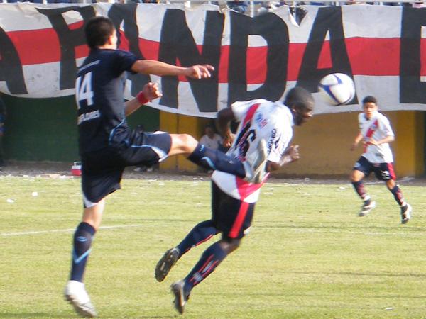 UNA DE LAS SUYAS. Jesús Reyes se lanza de cabez y casi anota a favor de Municipal. David Quedaza no logra interceptar al atacante 'edil'. (Foto: Wagner Quiroz / DeChalaca.com)