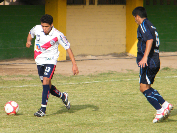 BUSCANDO ESPACIO. Renzo Ángulo trata de pasar hacia el área de DIM. Antonio Peralta le marca el paso. (Foto: Wagner Quiroz / DeChalaca.com)