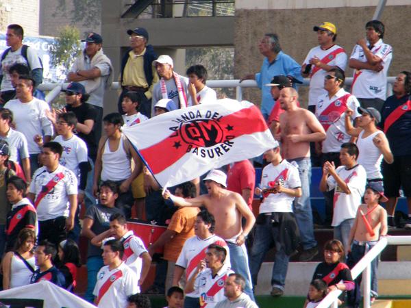 SIEMPRE ALLÍ. La barra 'edil' apoyando a su equipo. (Foto: Wagner Quiroz / DeChalaca.com)