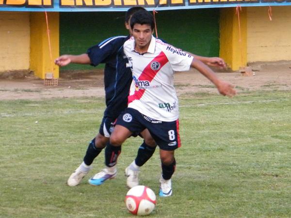 VAYA AL FRENTE. Carlos García se zafa de su marca y va en busca del gol para Municipal.  (Foto: Wagner Quiroz / DeChalaca.com)