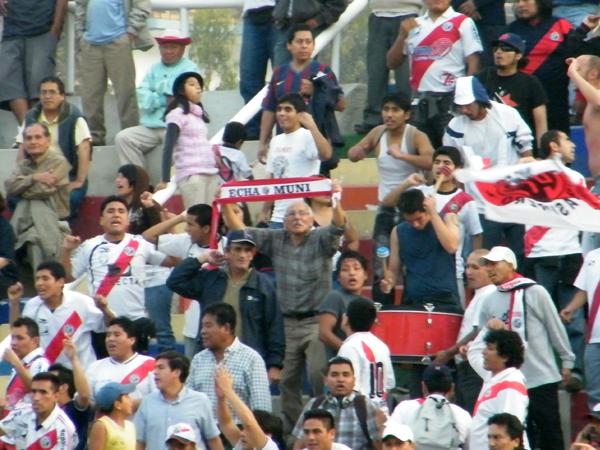 CELEBRACIÓN EDIL. La barra de Municipal se una al festejo. El parcial triunfo era evidencia de alegría total. (Foto: Wagner Quiroz / DeChalaca.com)