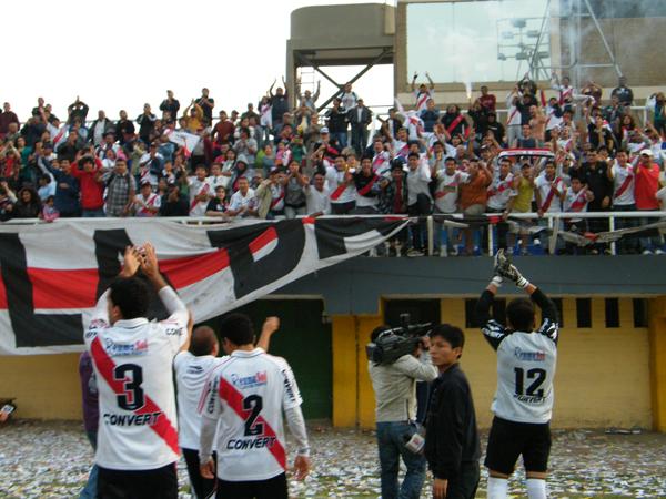 LAS GRACIAS Y EL ADIÓS. La hinchada le agradece el esfuerzo a su equipo de sus amores. Deportivo Municipal se despedía de la Copa Perú 2011. (Foto: Wagner Quiroz / DeChalaca.com)
