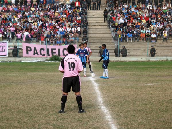 ¿CUÁNTO MÁS?. El árbitro principal demoró demasiado en dar comienzo al encuentro. (Foto: José Salcedo / DeChalaca.com)