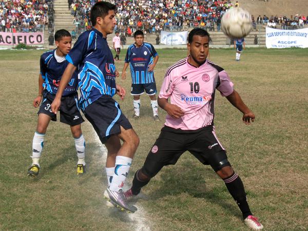 BALÓN CASI PERDIDO. Ricky Guzmán arremete contra Jimmy Balenzuela, quien no puede controlar el esférico. (Foto: José Salcedo / DeChalaca.com)