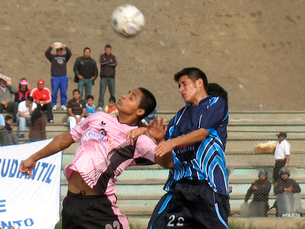 LUCHA POR LO ALTO. Ricky Guzmán y Luis Rojas luchan por el balón. El encuentro era muy parejo y bien luchado. (Foto: José Salcedo / DeChalaca.com)