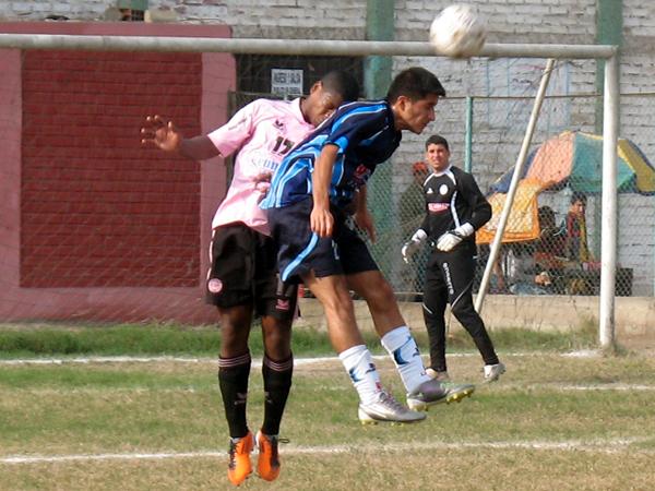 A GANARLO. Ricky Guzmán le gana el balón a Renato Bazán ante la mirada lejana de Félix Lira. Ascope se acercaba de a pocos a arco de Pacífico. (Foto: José Salcedo / DeChalaca.com)