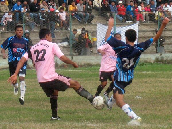 LUCHANDO SIEMPRE. Luis ROjas y Ricky Guzmán disputan el esférico. El partido estaba para cualquiera. (Foto: José Salcedo / DeChalaca.com)