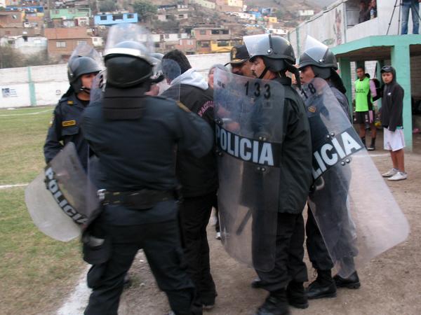 EL ABUSO DE SIEMPRE. Un miembro de Pacífico es agredido por los efectivos policiales tras negarse a salir. Hay muchas maneras se solución, menos la violencia. (Foto: José Salcedo / DeChalaca.com)