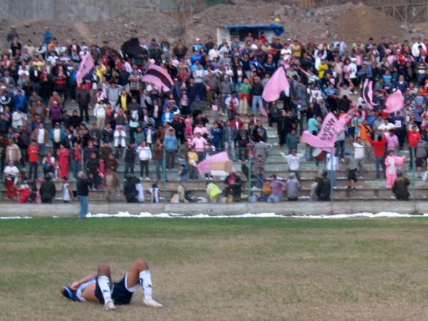 LA DOS CARAS DEL FÚTBOL. Juan Bernales derrotado en el terreno de juego y la hinchada de Pacífico celebrando. Estudiantil Ascope mereción mejor suerte pero así es el fútbol. (Foto: José Salcedo / DeChalaca.com)