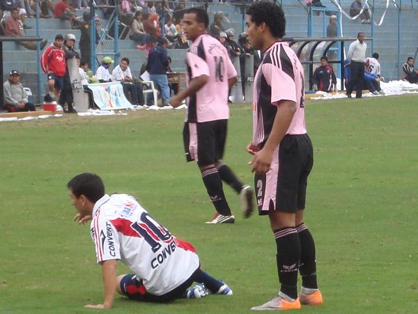 TODO LO VIO PISO. Rudy Maraví tirado en el gramado ante la marca de los defensas 'rosados'. Municipal no tuvo nunca respuestas. (Foto: Paul Arrese / DeChalaca.com)