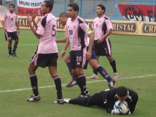 SIEMPRE SEGURO. Félix Lira supo responder en momentos de ataque de los 'ediles'. El golero 'rosado' siempre estuvo seguro en el arco local. (Foto: Paul Arrese / DeChalaca.com)