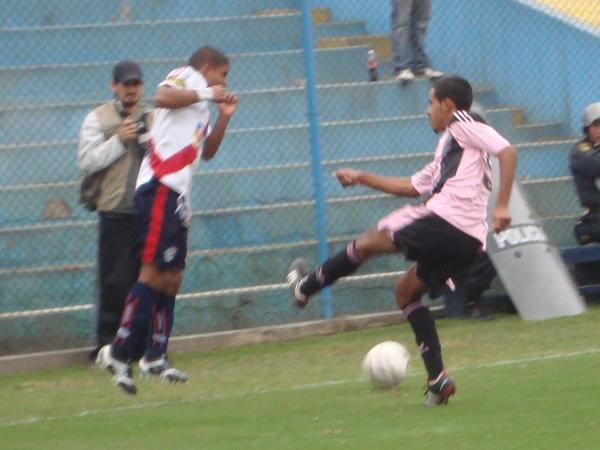 MUY POCO QUE DAR. Héctor Díaz en un nueva jugada de ataque para Municipal que es bien neutralizada por la defensa local. (Foto: Paul Arrese / DeChalaca.com)