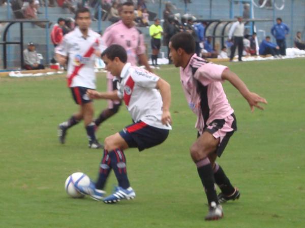 BIEN MARCADO. Rudy Maraví trata de mover el balón; sin embargo, es bien marcado por David Díaz. (Foto: Paul Arrese / DeChalaca.com)