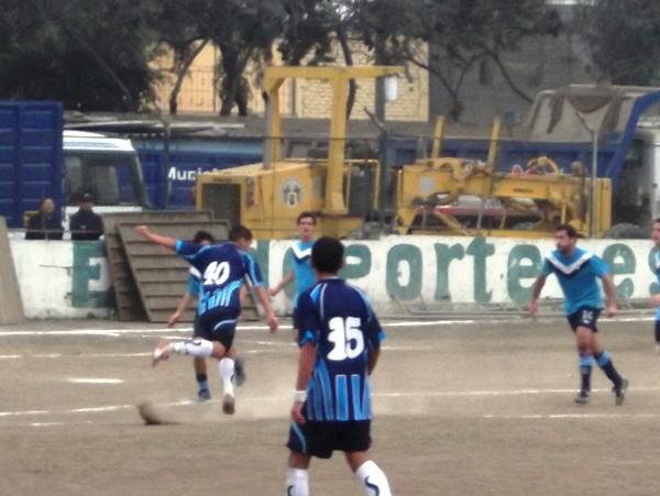 EN CONSTRUCCIÓN. Gabriel Córdova ensaya un taco para empezar a hilvanar una oportunidad de gol para Estudiantil Ascope. (Foto: Gabriel Valenzuela / DeChalaca.com)