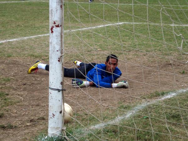 YA DERROTADO. Óscar Alvarado mira con angustia como el balón ingresa a su arco. Municipal ganaba 2-0 a Cultural Comas. (Foto: Paul Arrese / DeChalaca.com)