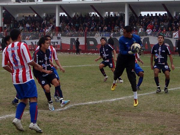ALGO MOSTRÓ. El golero Alvarado atrapa el esférico ante la llegada de Carlos Ramos. A pesar de la derrota, Óscar Alvarado estuvo atento en el arco de Cultural Comas. (Foto: Paul Arrese / DeChalaca.com)