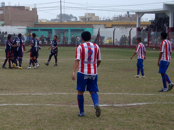 A CELEBRAR. Municipal celebra el segundo gol del partido, pero aún quería más. (Foto: Paul Arrese / DeChalaca.com)