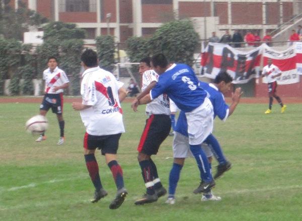 LO APRETÓ. Ray Espinoza estuvo bien custodiado por Surca. El defensor de Sport Progreso tuvo en raya al atacante de 'Muni'. (Foto: Abelardo Delgado / DeChalaca.com)