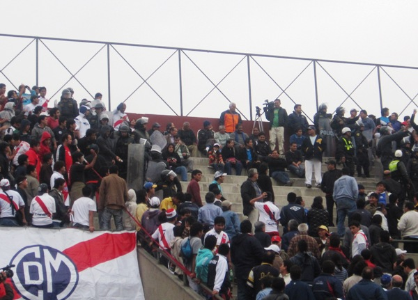 ¿RESPETOS GUARDAN RESPETOS? En las tribunas del campo de la UNI hubo incidentes entre las hinchadas de amos equipos. (Foto: Abelardo Delgado / DeChalaca.com)