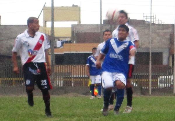 PROHIBIDO JUGAR. El capitán de Cultural Progreso, Milton Ruiz, fue incomodado cada vez que intentó hilvanar juego. (Foto: Abelardo Delgado / DeChalaca.com)
