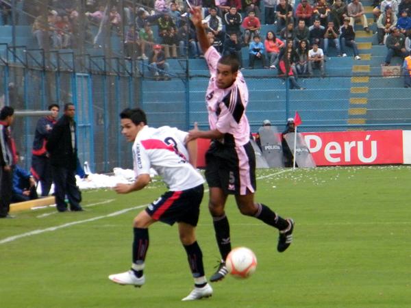 A CORRER EL ESFÉRICO. David Díaz busca pasar para atrapar el balón. Álvaro Nicolini participa también en la jugada. (Foto: Wagner Quiroz / DeChalaca.com)