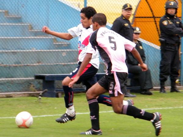 NUEVO ATAQUE. Renzo Angulo vuelve a manejar el balón cerca al área de Pacífico FC. David Díaz va a la marca del hábil ofensivo de Municipal. (Foto: Wagner Quiroz / DeChalaca.com)