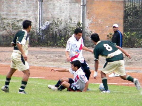 EL PRECIO DE JUGAR. Rudy Maraví es derribado cerca al mediocampo. Lorenzo Ventura también participa en la jugada ante dos marcadores de Nueva Generación. (Foto: Wagner Quiroz / DeChalaca.com)