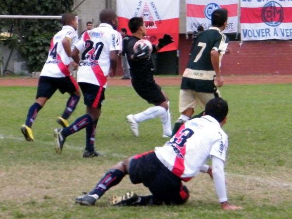 NO TODAS FUERON. Ricardo Campos se pierde una jugada de gol en área de Nueva Generación. Municipal dominó pero no siempre anotó. (Foto: Wagner Quiroz / DeChalaca.com)
